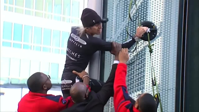 مرد عنکبوتی، از 150 آسمانخراش بالا رفته وهنوز در سن 55سالگی برجنوردی میکند